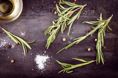 Cuadro Aceite de oliva con romero, pimienta y sal. Ingredientes mediterráneos.