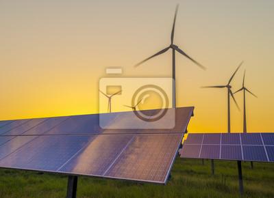 Aerogeneradores, turbinas y paneles solares en puesta de sol