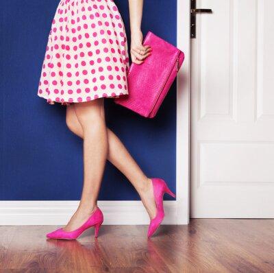 Cuadro Al salir concepto, chica vestida de rosa