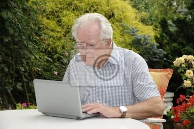 Alter Mann mit NETBOOK