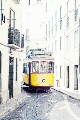 Cuadro amarillo antiguo tranvía en las calles de Lisboa, Portugal
