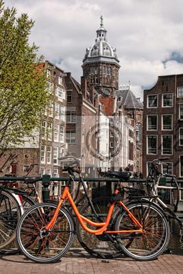Cuadro Amsterdam con bicicletas en el puente contra el canal en Holanda