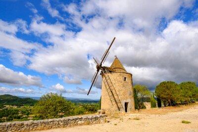 Ancien moulin à vent dans le village de Saint-Saturnin-lès-Apt, Provence, Francia.