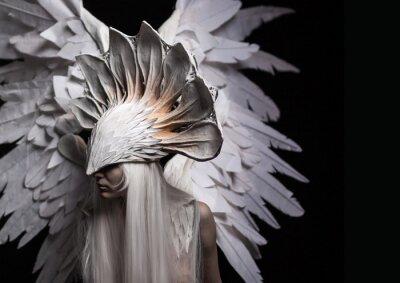 Cuadro Ángel, traje, concepto, cinemático, un retrato de una muchacha joven y una peluca blanca, que lleva una máscara blanca grande y un alas blancas grandes. Dramático