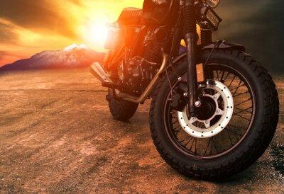 Cuadro antigua motocicleta retro y hermoso fondo de cielo al atardecer