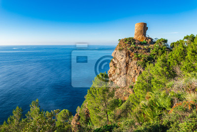 Antigua torre de reloj histórico Torre des Verger en la costa del mar Mediterráneo en la isla de Mallorca España
