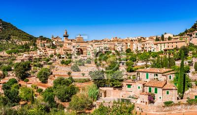 Antiguas casas mediterráneas del pueblo Valldemossa Mallorca España