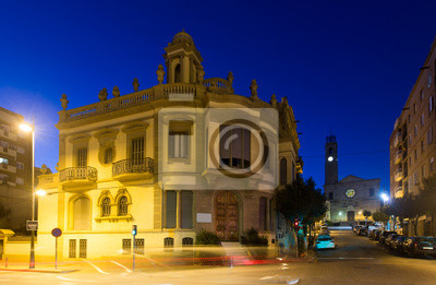 Antiguas pintorescas calles de Badalona en la noche