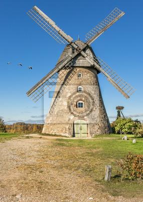 Antiguo molino de viento a principios de otoño, Europa
