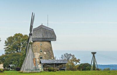 Antiguo molino de viento de trabajo cerca del condado Cesis, Letonia, Europa