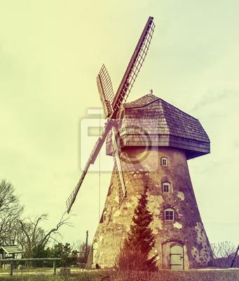 Antiguo molino de viento decorativo, Letonia, Europa