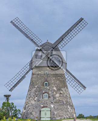 Antiguo molino de viento en la región del Vidzeme. Región de Vidzeme es la ubicación de belleza de Letonia, donde la historia medieval se reúne con maravillosos paisajes escénicos