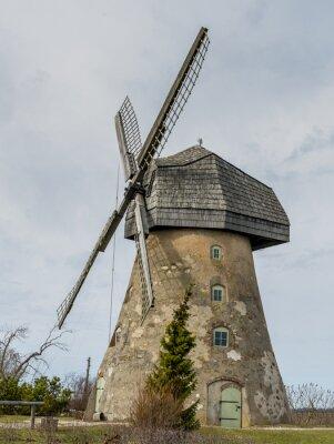 Antiguo molino de viento en Letonia - uno de los estados ecológicamente más limpios de Europa