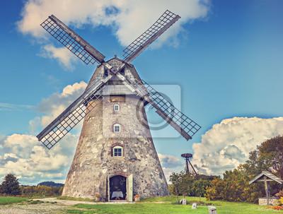 Antiguo molino de viento en un día soleado, el campo en Europa