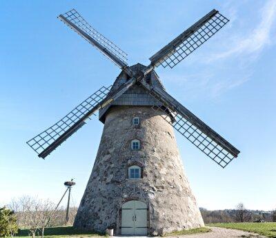 Antiguo molino de viento, Letonia, Europa
