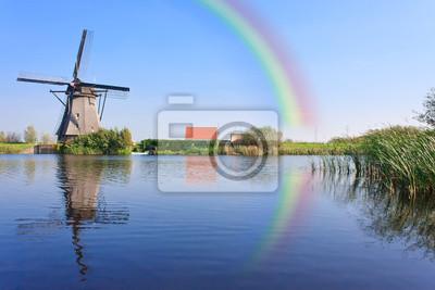 Arco iris sobre el molino de viento en Holanda