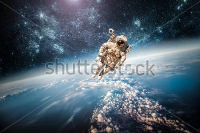 Cuadro Astronauta en el espacio exterior contra el telón de fondo del planeta tierra. Elementos de esta imagen especificados por la NASA.