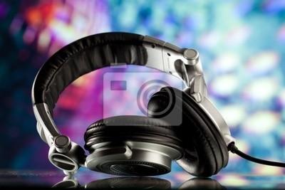 auriculares contra el fondo de colores