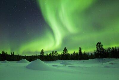 Aurora boreal sobre paisaje nevado de invierno, la Laponia finlandesa