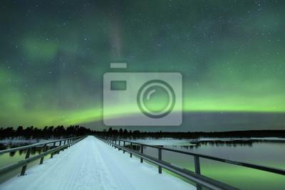 Aurora boreal sobre un puente en invierno, la Laponia finlandesa