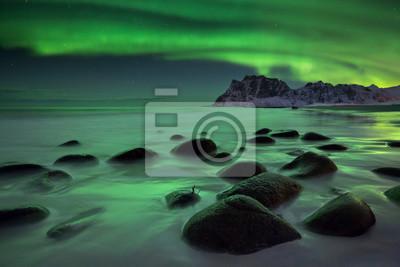 Aurora boreal sobre una playa en el Lofoten en Noruega