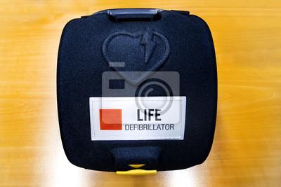 Automático Desfibrilador externo de hart pack sobre el color de madera o