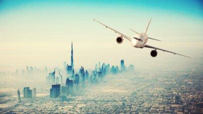 Cuadro Avión comercial volando sobre la ciudad moderna