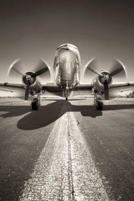 Cuadro avión histórico está esperando despegar en una pista