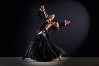 Cuadro Bailarines del Latino en salón de baile aislados en negro