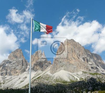 Bandera italiana frente a los Dolomitas
