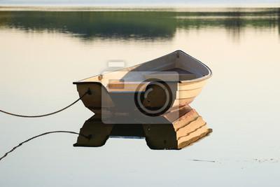 Barco en el agua inmóvil