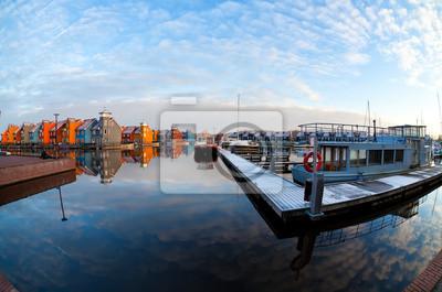 barcos y edificios coloridos en Reitdiephaven, Groningen