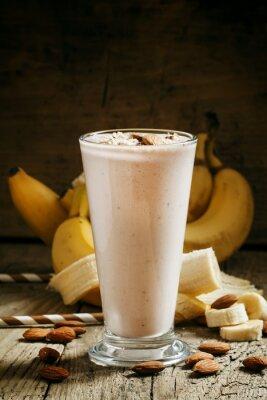 Cuadro Batido de plátano con leche, almendras molidas en una taza grande en la