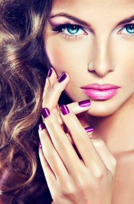 Cuadro bella modelo con el pelo rizado y manicura púrpura