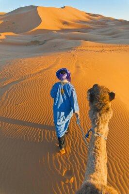 Cuadro Berber caminando con camello en Erg Chebbi, Marruecos