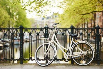 Cuadro bicicleta en la calle en la ciudad de amsterdam