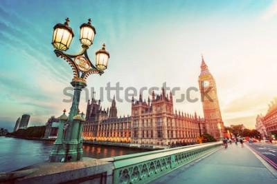 Cuadro Big Ben visto desde el puente de Westminster, Londres, Reino Unido. al atardecer. Lámpara de calle retro luz. Vendimia
