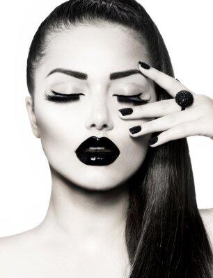Cuadro Blanco y Negro Chica Morena Retrato. Trendy Caviar Manicure