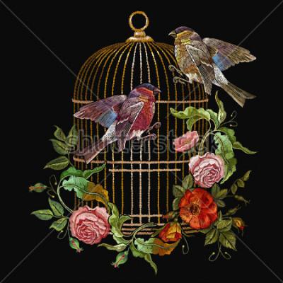Cuadro Bordado de aves y jaulas de pájaros y flores estratégicas. Bordado clásico camachuelo y paro, jaula dorada, brotes vintage de rosas silvestres. Arte de moda primaveral, plantilla para diseño de ropa,