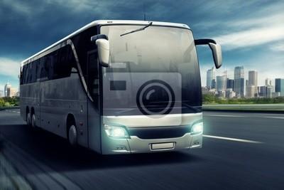 Bus en frente de la gran ciudad