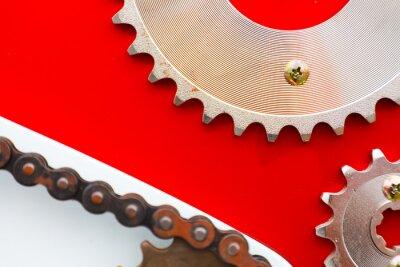 Cuadro Cadenas de rodillos con piñones para motocicletas sobre fondo rojo