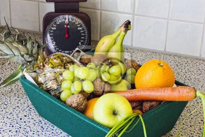 Caja De Frutas Y Hortalizas En La Mesa De La Cocina Naturaleza