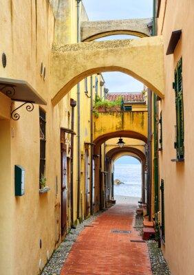 Cuadro Calle estrecha que conduce al mar Mediterráneo en el casco antiguo Varig