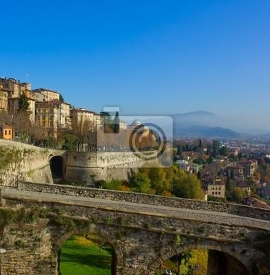 camino a la ciudad alta de Bergamo antigua, Italia