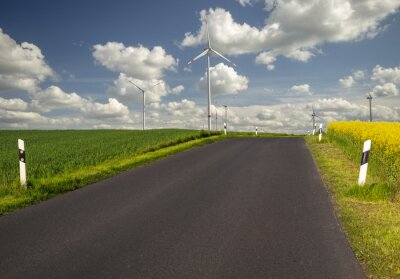 Camino por zonas verdes, ecológicas, molinos de viento.