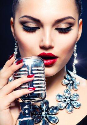 Cuadro Cantante Mujer con micrófono retro. Estilo vintage