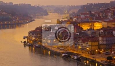 casco antiguo de Oporto en la puesta de sol, Portugal