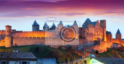 Castillo en Carcasona en el crepúsculo. Francia