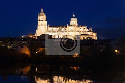 Catedral de Salamanca desde el río en la noche de otoño