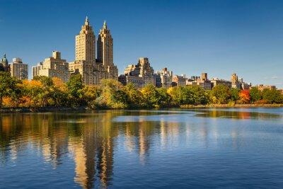 Cuadro Central Park y Manhattan, Upper West Side con colorido follaje de otoño. Un cielo azul claro y edificios de Central Park West que refleja en el Jacqueline Kennedy Onassis Reservoir. Nueva York.